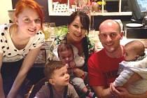 Eliška Oleksulinová z Neratovic se v Anglii starala o tři děti,  rok a půl starého Eashana a novorozená dvojčata Arrana a Rohana.