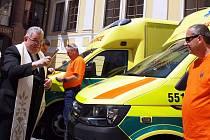 Kardinál Duka požehnal vozidlům středočeské záchranky.
