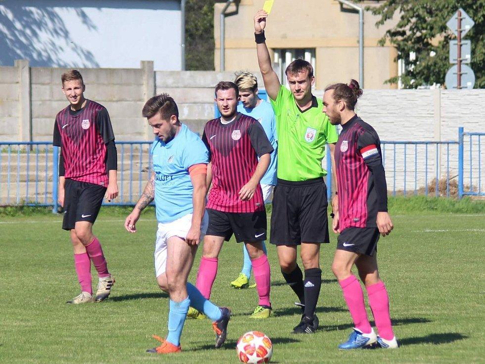 Fotbalisté FK Kralupy 1901 (v modrém) porazili v pátém kole I. B třídy Byšice 2:1.