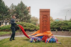 Arménská komunita, arcibiskup Dominik Duka či zástupci radnice odhalili v Kralupech pomník obětem arménské genocidy.