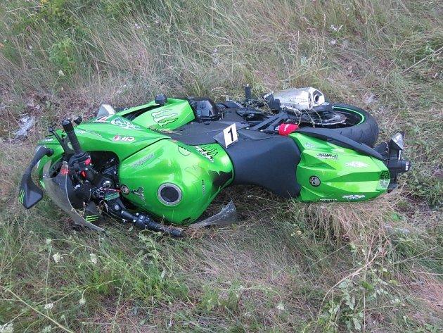 Motorka vylétla ze silnice k příkopu, kde se nachází osudný sloupek.