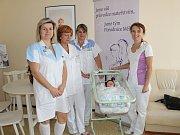 Pět kusů monitorů dechu v hodnotě 14.850 korun bylo předáno přímo na neonatologickém oddělení v mělnické porodnici.