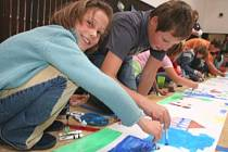 BAREVNÉ MALOVÁNÍ. Celkem 183 dětských kreseb nakonec tvořilo dlouhé Nekonečné prázdniny, které tak budou zapsány v dalším vydání České knihy rekordů.