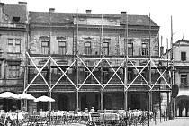 Hotel Zlatý beránek před opravou fasád v 60. letech 20. století