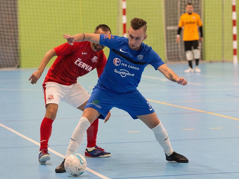 Mělnický Tomáš Prejsa si kryje míč před protihráčem ze Svarogu Teplice.