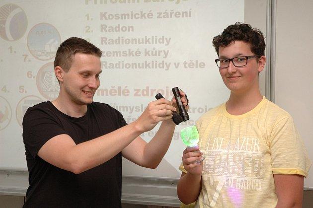 Aneta Šorbanová, Lucie Ludvíková a lektor při pokusu sfotovoltaickým panelem (zleva)