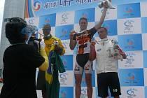 Daniel Treml (uprostřed) na stupních vítězů při jedenáctých Světových hasičských hrách.