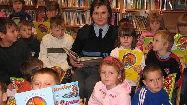 Ve mšenské knihovně dětem předčítali policisté, hasič i mistostarosta