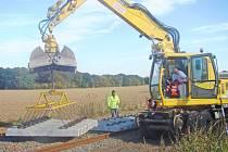 Na obnově dráhy ze Mšena na Mělník pracuje velké množství těžké techniky.