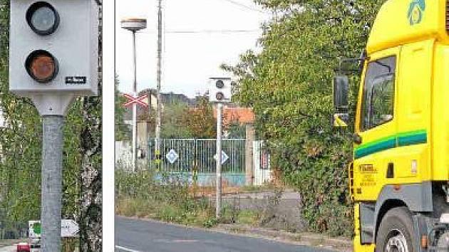 RYHLOU JÍZDU v Mělníku kontroluje nově nainstalovaný radar v Pražské ulici (na snímku vlevo).  Třicítku na tachometru kontroluje  měřící zařízení u železničního přejezdu v ulici Na Malém Spořilově (viz obrázek vpravo).