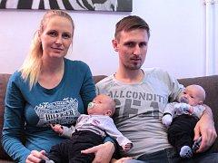 Bratři Kryštof (napravo) a Matyáš Krejčíkovi se rodičům Lucii a Marianovi narodili 29. září 2014.