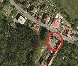 Přístup do ulice ve Žlábkách je i pro záchranáře velmi komplikovaný.