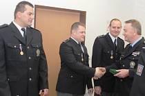 Pavel Černáš, Tomáš Vobořil a Jiří Ráček (zleva) obdrželi medaile za statečnost. Gratuloval jim i šéf mělnické policie Ivan Žučenko.