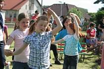 Malí Lužičtí Srbové si s českými kamarády porovnali síly ve sportovních soutěžích a zpívali s nimi.