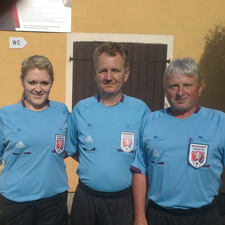 Sudí Jiří Blahout (uprostřed) je dle mnohých fotbalových příznivců nejlepším rozhodčím v okrese.