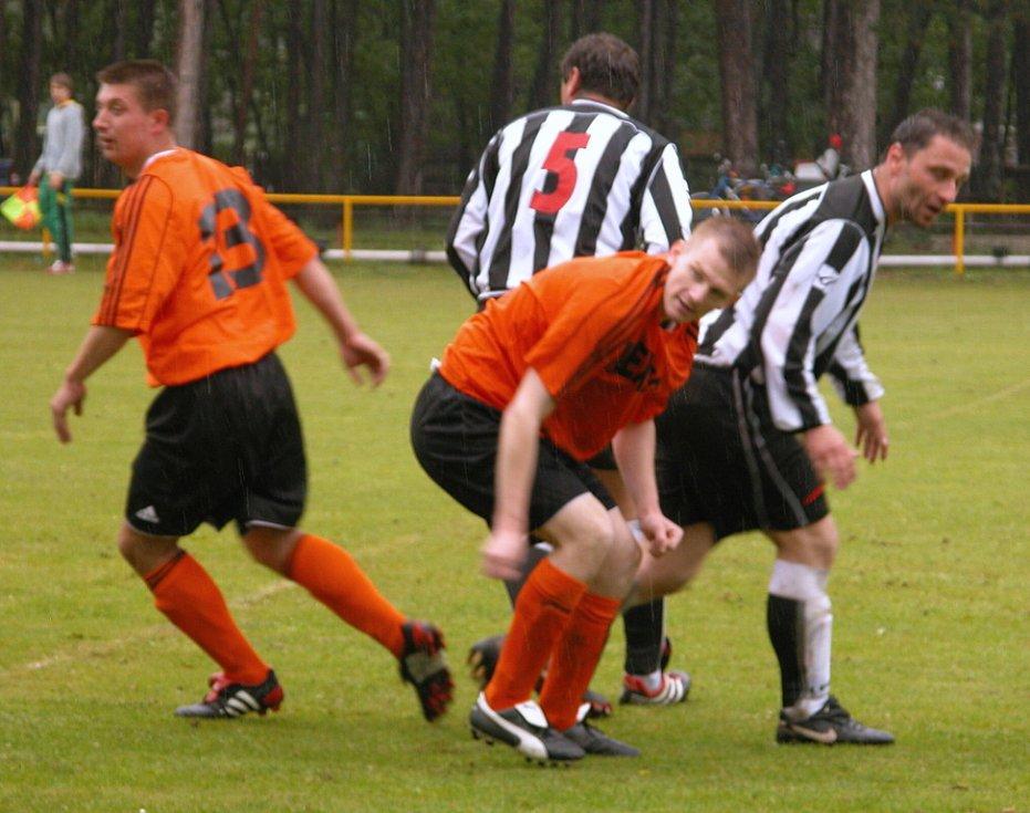Fotbalisté Mlékojed (v oranžovém) porazili Záryby B (2:1) a ve 3. třídě dotáhli vedoucí Lobkovice na pouhý bod.