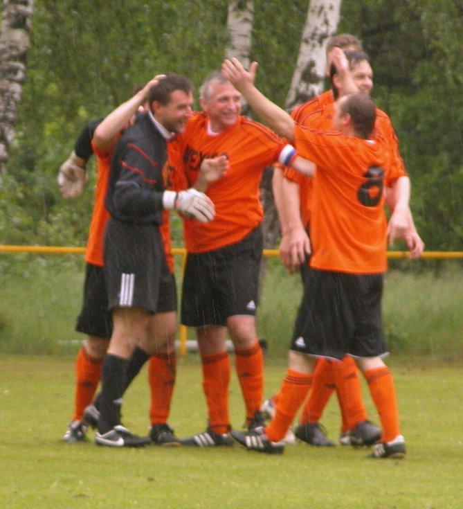 Fotbalisté Mlékojed gratulují brankáři Bauerovi ke gólu, kterého dosáhl přímo z výkopu.