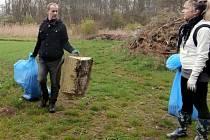 Dobrovolníci uklízeli přírodní rezervaci Černínovsko v Libiši.