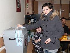 Do volebních místností svoje rodiče doprovázejí děti. Jak dokazuje snímek z Lužce nad Vltavou, platí to i v tomto případě.