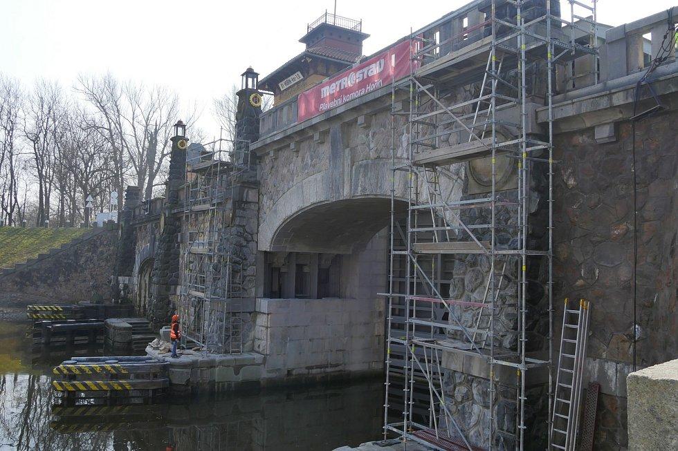 Modernizace zdymadla Hořín vrcholí, zbývá dokončit unikátní zdvihací konstrukci historického mostu.
