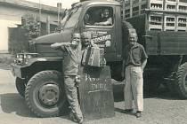 Píše se rok 1953 a Mělničané si pochutnávají na čerstvé várce piva z pražského pivovaru Staropramen.