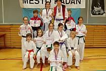 Úspěšná výprava žáků SK Shotokan Neratovice na sobotním prvním národním poháru v Kadani.