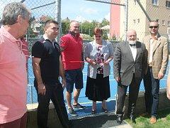 Slavnostního přestřižení pásky se zúčastnili zprava místostarosta Petr Volf, starosta Ctirad Mikeš, krajská radní Jiřina Fialová, Rudolf Kraj i zastupitel Rudolf Fidler.