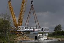 Největší mobilní jeřáb v Česku usazuje konstrukci zdvižného železničního mostu přes plavební kanál v Lužci nad Vltavou.