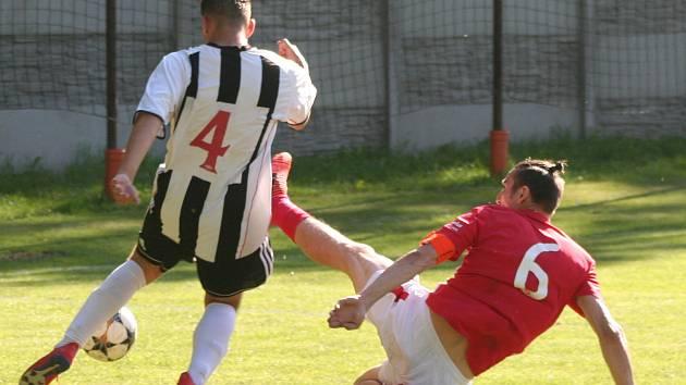 Fotbalisté Labského Kostelce (v černobílých dresech) rozstříleli v předposledním kole okresního přeboru Dolní Beřkovice 6:0.