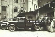 Nádvoří pivovaru. Leopold Lobkowicz stojí vpravo, v bílém obleku. Rok 1932.