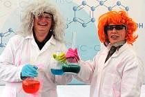Učitelky neratovického gymnázia Ivana Kouklová (vlevo) a Gabriela Fišerová jako blázniví chemici.