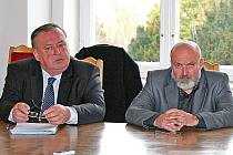 Koalice  ČSSD, ODS, Radnice 2010 a Mělničané oznámila, že post starosty patří Ctiradu Mikešovi (napravo), Miroslav Neumann bude místostarostou