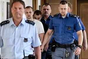 Vězeňská eskorta přivádí Davida Š. (druhý zleva) a Ivana H. (třetí zleva) ke Krajskému soudu v Praze.