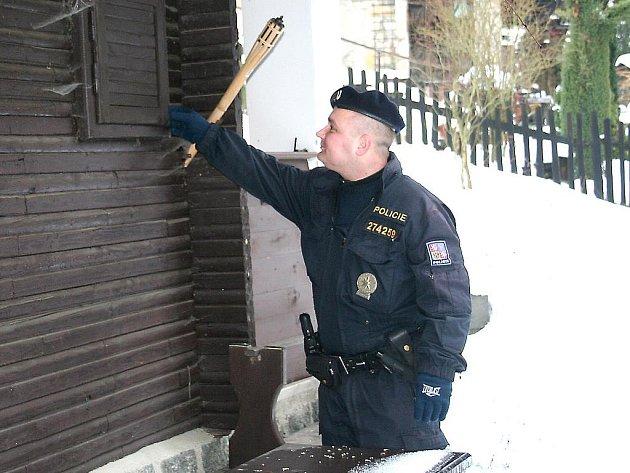Policisté se služebními psy zkontrolovali na Mělnicku desítky opuštěných chat a chalup.