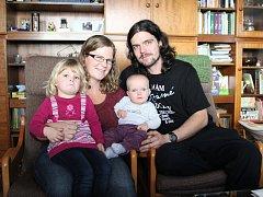 Ani jedné z dívek se od maminky nechtělo. Obě se narodily po plánovaném termínu porodu a věkový rozestup mezi sebou mají jen dva a čtvrt roku.