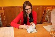 Předsedkyně volební komise v obci Konětopy přiznala, že ji tato zodpovědná práce baví.