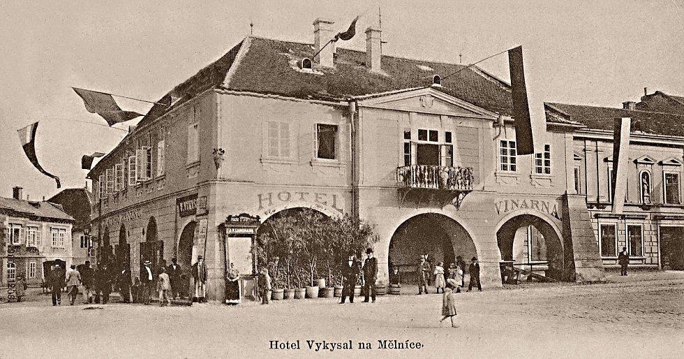 Původní klasicistní podoba hotelu Vykysal. Rok cca 1900.