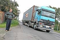 Největší rámus dělají podle Pavla Vacátka (na snímku) kamiony převážející ocelové kontejnery, když vjedou do prohlubní v silnici. Třesou se okna a lidé nemohou spát.