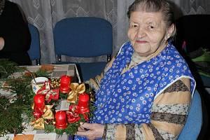 Klienti libišského domu s pečovatelskou službou vyráběli adventní věnce.