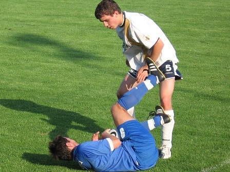 Ovčárský Douděra brání míč před hráčem Litole všemi prostředky.