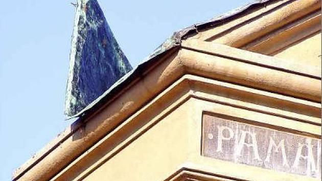 Plech sice zůstal na místě, útok na národní kulturní památku je ale vážným problémem.