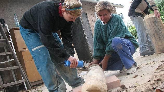 První sochařské sympozium Kokořínská dřevotříska ve Mšeně.