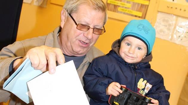 V pátečním odpoledni přišel volit v Mělníku se svým dědečkem i dvouletý Vítek.