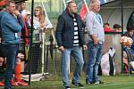 ROZCHOD. Pavel Dohnal (druhý zprava) v podzimní části s trénováním mělnického FC seknul.