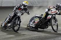 Sebastian Ulamek (AK Slaný) a Piotr Protasiewicz (PDK Mšeno) při pondělním posledním finálovém závodě Extraligy družstev v Praze na stadionu Markéta.