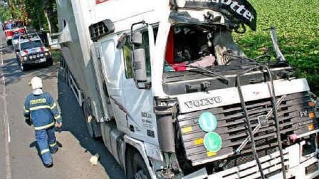 I přes to, že kabina nákladního vozu byla nárazem silně zdemolována, řidič vyvázl jen s lehčími poraněními. Nehoda omezovala dopravu, dlouhé kolony se však na silnici netvořily.