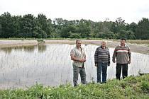 Vysázené rostliny trav přišel v polovině týdne zkontrolovat starosta Stránky Štefan Dvorščík (zprava), stavební dozor Zdeněk Šnajdr a šéf stavební firmy Pavel Dvorščík.
