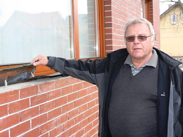 Měděný parapet, který zůstal po nájezdu zlodějů na svém místě, je zničený. Starosta Zdeněk Mráz ho nechá nahradit pozinkovaným, který snad nikoho k ukradení lákat nebude. Na budově libišské radnice tak zůstává už pouze jediný parapet z mědi.