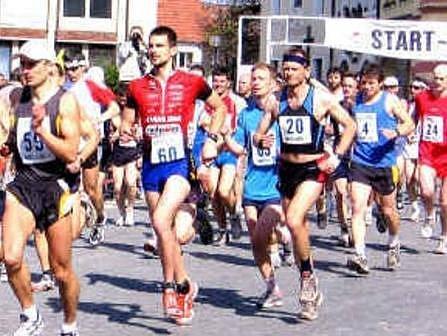 Start! Jdeme na to! Vlastně: Běžíme na to! Máme za sebou asi 97 metrů. Už jen 42 kilometrů a 100 metrů.