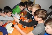 Děti se učily psát na psacích strojích.